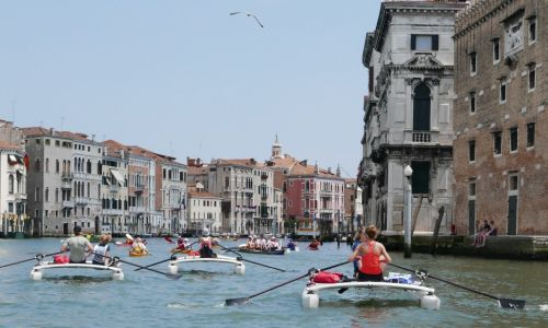 Vorwärts rudernd durch die Kanäle Venedigs - Vogal...
